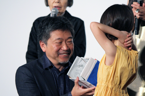 映画『万引き家族』公開記念舞台挨拶、佐々木みゆ(子役)、是枝裕和監督